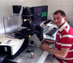 Dr hab. Dariusz Smoliński przed mikroskopem konfokalnym